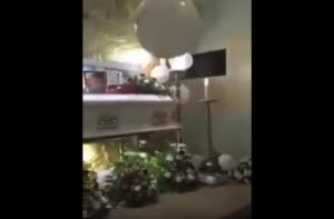 YOUTUBE Fantasma al funerale? Il palloncino si muove e...