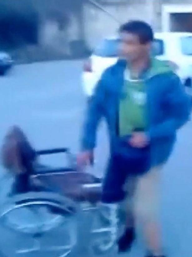 Finto invalido, VIDEO miracolo: giù da sedia a rotelle e...2