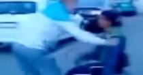 Finto invalido, VIDEO miracolo: giù da sedia a rotelle e…