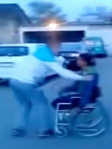 Finto invalido, VIDEO miracolo: giù da sedia a rotelle e...