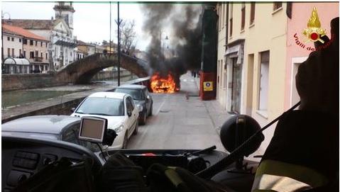 Fumo da cofano auto: donna scende e...scoppia incendio FOTO