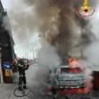 Fumo da cofano auto: donna scende e...scoppia incendio FOTO 2