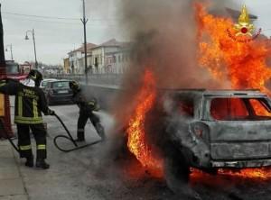 Guarda la versione ingrandita di Fumo da cofano auto: donna scende e…scoppia incendio FOTO