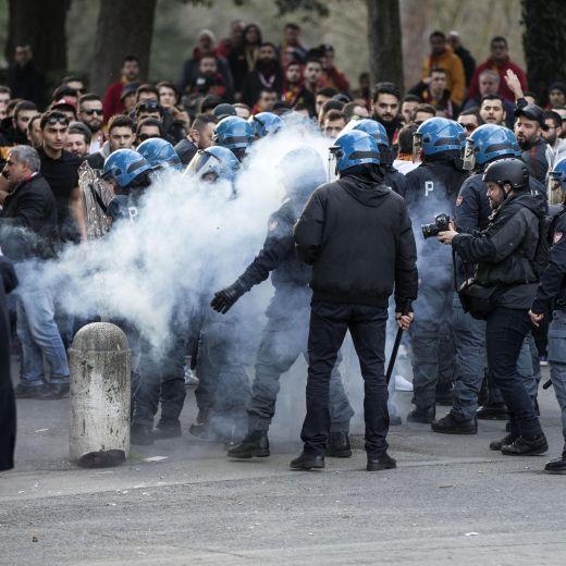 Lazio-Galatasaray: bombe carta in centro, un accoltellato (Ansa)