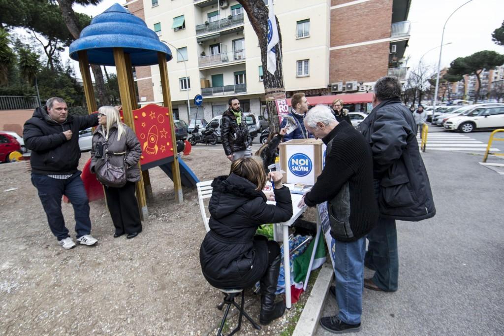 Il gazebo delle 'primarie leghiste' in via Roberto Malatesta, per chiedere ai romani chi preferiscono come candidato sindaco, Roma, 28 febbraio 2016. ANSA/MASSIMO PERCOSSI
