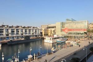 Genova, scippa una donna e la butta nella darsena
