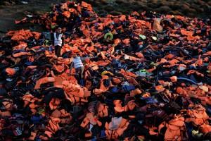Guarda la versione ingrandita di Boldrini a Lesbo: di questo ammasso di giubbotti e canotti abbandonati sulla spiaggia ha fatto un monumento. Poi ha incontrato un dissidente cinese, creando imbarazzo per il Governo