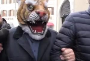 Beppe Grillo si maschera prima da tigre poi da lupo