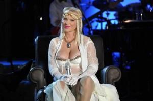 "Ilona Staller a Domenica Live: ""Morsa da cane, no truffa"""
