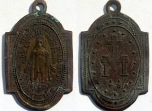 "Parroco a fedeli: ""Bruciate medagliette miracolose, c'è..."""