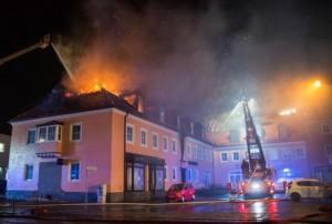 Incendio ostello migranti: passanti ostacolano soccorsi