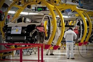 Produzione industriale dicembre debole, ma record auto 2015