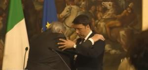 Junker inciampa e cade tra le braccia di Renzi