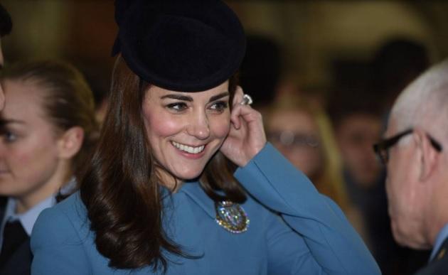 VIDEO YOUTUBE Kate Middleton in divisa militare visita Raf