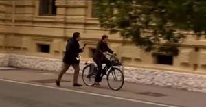 Vitalizi, Eva Klotz scappa in bici da giornalista Gabbia