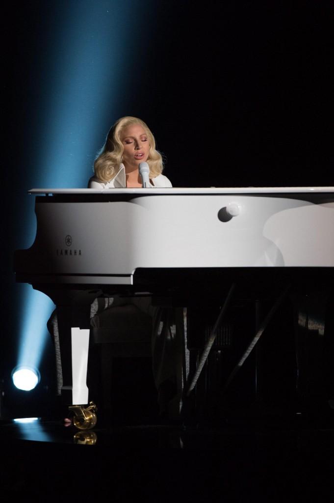 Elton John e Lady Gaga, concerto: lei poi canta a Oscar 6