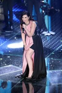 Guarda la versione ingrandita di Laura Pausini a Sanremo: mutande ci sono, anche troppo! FOTO