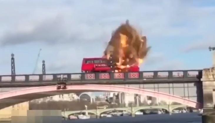 londra YOUTUBE Bus esplode su ponte a Londra. Panico, ma era film 05