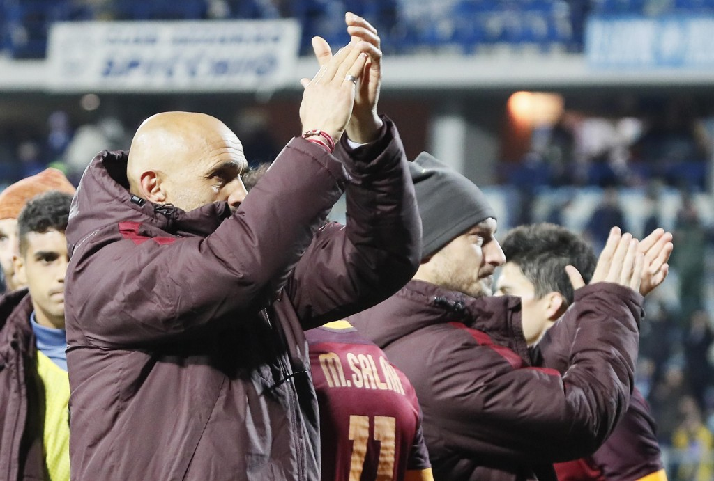Roma's coach team Luciano Spalletti (L) and Roma's forward Francesco Totti heers with supporters at the end of the match won for 1-3  in  the Italian Serie A soccer match between Empoli FC and AS Roma at Carlo Castellani stadium in Empoli, Italy, 27 February 2016. ANSA/Fabio Muzzi