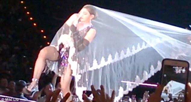 YOUTUBE Madonna in concerto in Thailandia inciampa nel velo