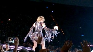 Guarda la versione ingrandita di YOUTUBE Madonna in concerto in Thailandia inciampa nel velo