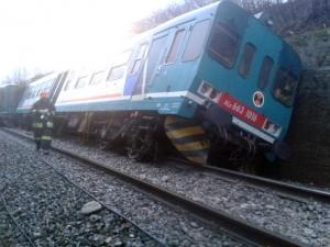 Guarda la versione ingrandita di Una frana sui binari della linea ferroviaria Biella-Novara, causata dalle forti piogge, ha fatto deragliare il treno regionale 4835