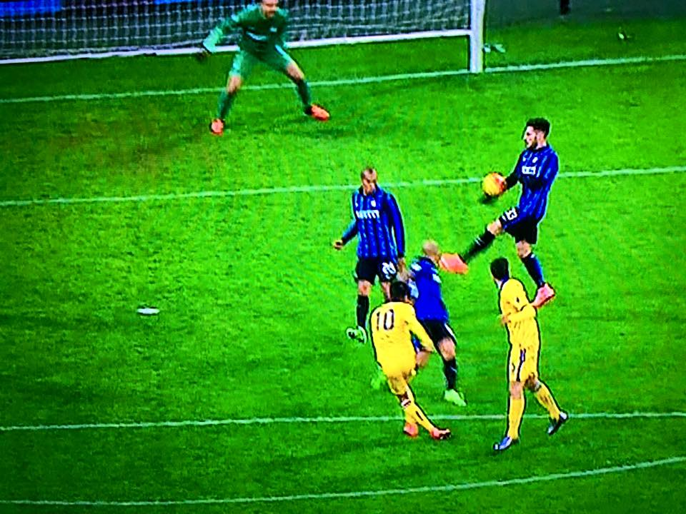Inter - Sampdoria, il fallo di mano di D'Ambrosio