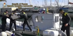 YOUTUBE Bari: marijuana sul gommone. Maxi-sequestro al largo