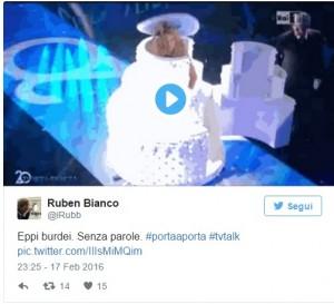 Guarda la versione ingrandita di VIDEO Valeria Marini esce da torta per 20 anni Porta a Porta