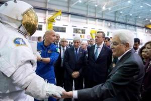 Guarda la versione ingrandita di Mattarella fra gli astronauti. Il presidente della Repubblica, Sergio Mattarella, al Johnson Space Center della Nasa, dove ha incontrato diversi astronauti italiani, tra cui Samantha Cristoforetti (Foto Ansa di Paolo Giandotti)
