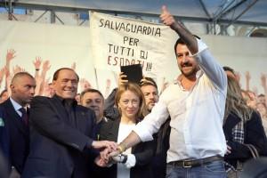 Guarda la versione ingrandita di Il segretario della Lega Nord Matteo Salvini con Silvio Berlusconi e Giorgia Meloni ANSA/GIORGIO BENVENUTI