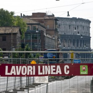 Guarda la versione ingrandita di Metro C Roma, lavoratori in strada: