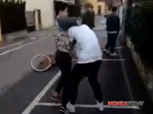 Guarda la versione ingrandita di Mezzago: baby gang bulli pesta ragazzino per strada VIDEO