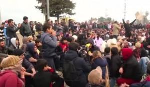 Guarda la versione ingrandita di Migranti sfondano la barriera tra Grecia e Macedonia