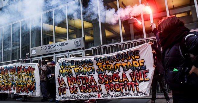 """Milano, studenti Statale in corteo: """"Aggrediti dai fascisti""""03"""