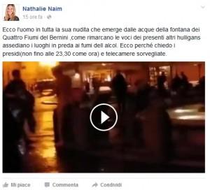 Guarda la versione ingrandita di VIDEO-Piazza Navona: bagno nella fontana nessuno interviene