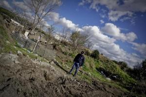 Napoli, studentesse si scattano foto sul luogo dell'omicidio (foto Ansa)