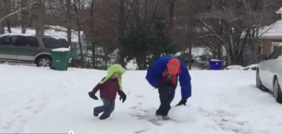 Papà mette ko figlio piccolo a palle di neve4