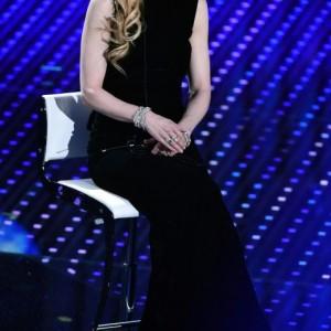 Guarda la versione ingrandita di Nicole Kidman, anni 48: contrasto fra mani e volto perfetto