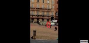 YOUTUBE Siena: corre nudo in centro e a piazza del Campo