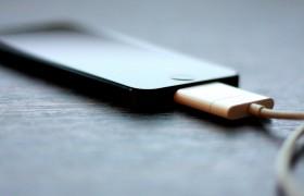 iPhone in carica prende fuoco, muore nell'incendio