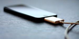 Batteria iPhone in carica prende fuoco, muore nell'incendio