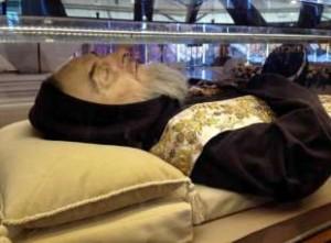 """Guarda la versione ingrandita di Padre Pio """"siliconato"""": salma è maschera creata a Londra…"""