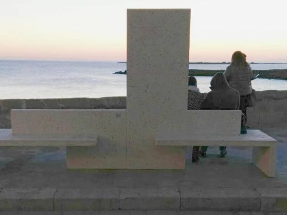 Gallipoli, panchine sembrano lapidi: le FOTO sui social 4