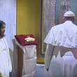 Papa Francesco stanco, si sbilancia e cade su sedia