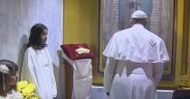 Papa Francesco  stanchissimo,  si sbilancia e  cade su sedia