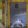 Papa Francesco stanco, si sbilancia e cade su sedia3