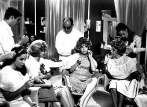 Guarda la versione ingrandita di Ladra. Elegante, ricca ma la CCTV del parrucchiere svela...Nella foto un salone da parrucchiere per signora di 50 anni fa