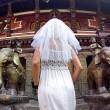 Gira il mondo come in Mangia Prega Ama...vestita da sposa08