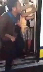 YOUTUBE Pene incastrato nelle porte della metro. Un pendolare sale su un vagone. Le porte si chiudono e resta incastrato con i genitali tra le due porte.3